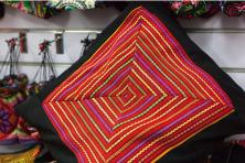 点击进入[海南举办黎族传统纺染织绣技艺抢救保护项目成果赠送活动]